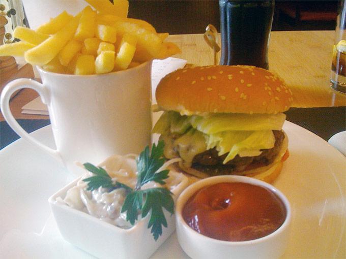 Café Latitude - burger and fries